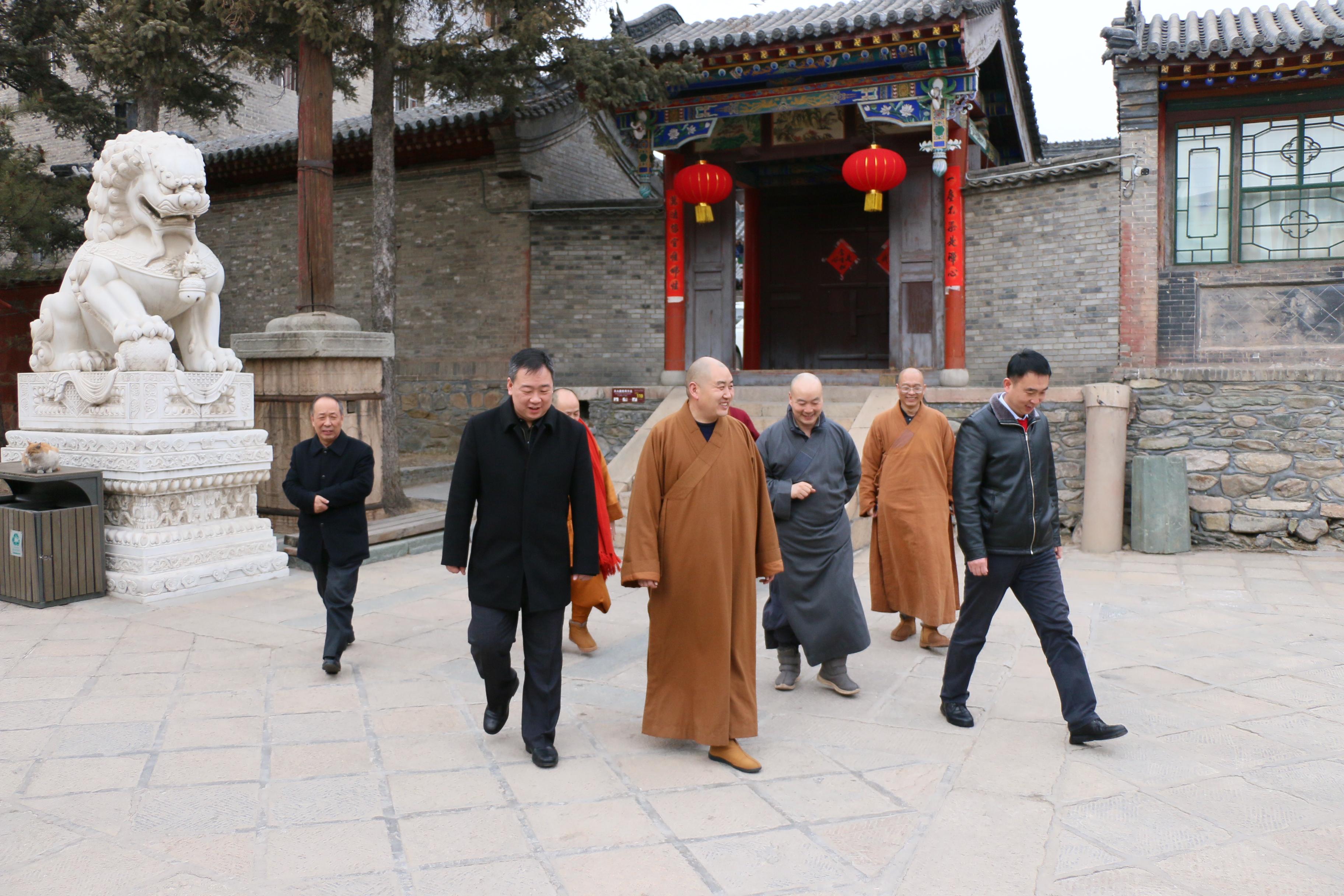 五台山管委会与佛协领导春节前看望慰问老法师